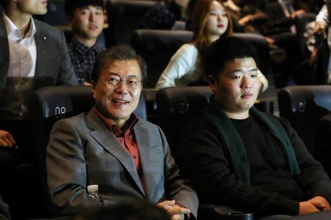 15일 부산국제영화제를 방문한 문재인 대통령이 영화 '미씽:사라진 여자'를 관람하기 위해 상영관 자리에 앉아 있다. /사진=뉴시스