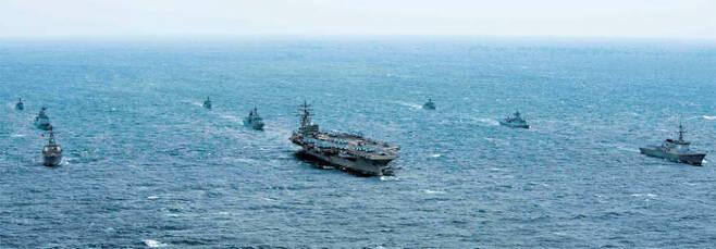 美항모 레이건함 앞세워…韓·美 해군 연합 훈련 - 한·미 양국 해군이 18일 동해에서 항모강습단 훈련과 연합 대특수전부대작전(MCSOF) 훈련을 실시했다. 가운데 가장 큰 함정이 미 해군 원자력 추진 항공모함 로널드 레이건함, 로널드 레이건함 오른쪽으로 한국 해군의 이지스 구축함 세종대왕함, 로널드 레이건함 맨 왼쪽으로 미국 해군의 알레이버크급 구축함 스테덤함. /미 해군