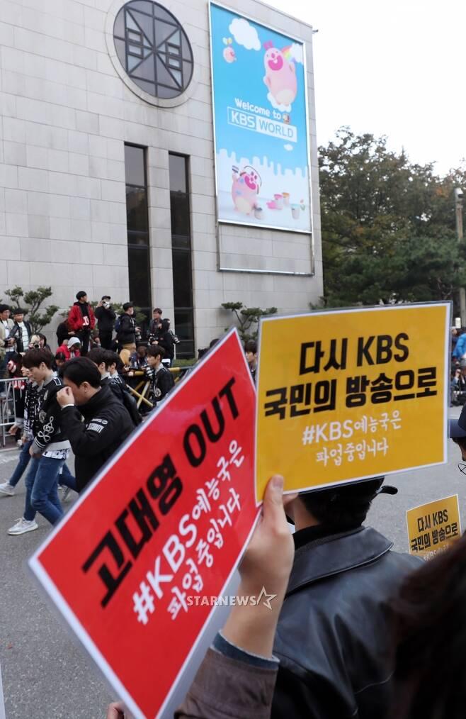 [★포토]아이돌 출근길 옆에서 파업 피켓시위