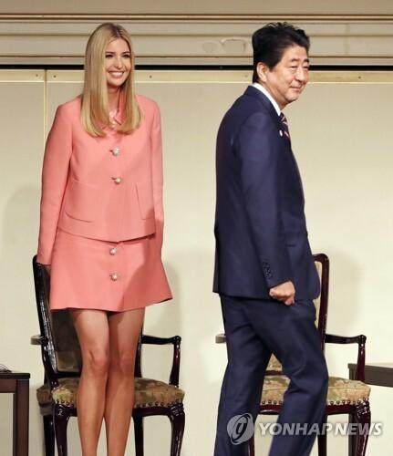 '국제여성회의'에 참석한 아베 총리와 이방카 트럼프 백악관 선임고문 [AP=연합뉴스 자료사진]