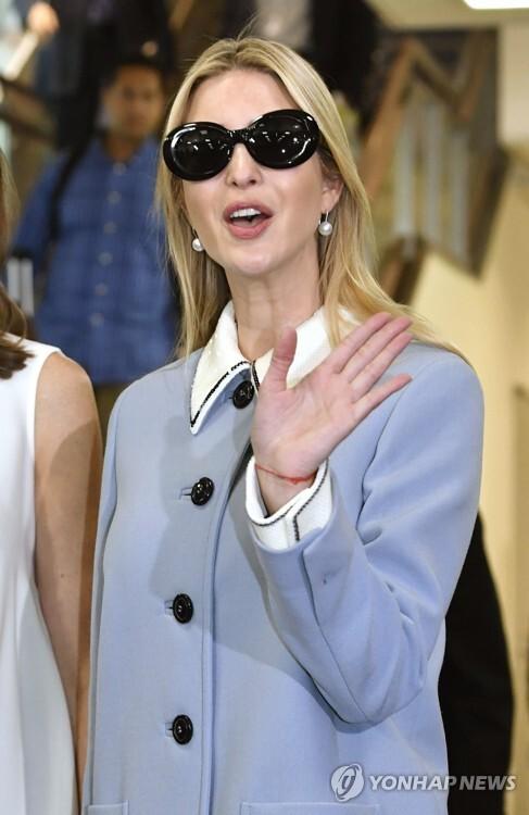 (도쿄 교도=연합뉴스) 도널드 트럼프 미국 대통령의 장녀이자 백악관 선임 고문인 이방카가 2일 일본에 도착한 뒤 나리타(成田) 공항에서 손을 흔들고 있다. 2017.11.2