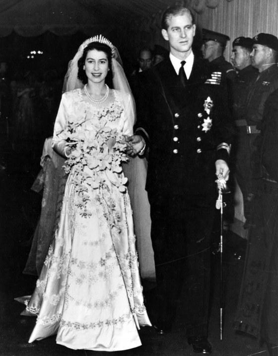 제2차 세계대전이 끝나고 2년 뒤인 1947년 런던 웨스트민스터 성당에서 결혼식을 올린 엘리자베스 여왕과 필립공. 전후 물자부족으로 배급제가 실시됐던 때라 당시 여왕의 웨딩드레스는 의류 쿠폰 300장으로 장만했다고 한다. [사진 중앙포토]