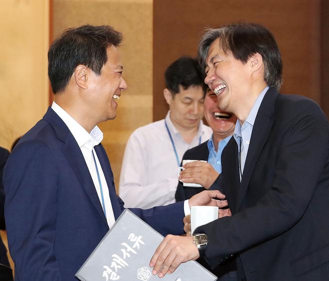 문재인 정부는 민정수석에 비(非)검찰 출신인 조국 교수(오른쪽)를, 비서실장에는 비법조인인 임종석 전 의원을 임명했다. © 사진=연합뉴스