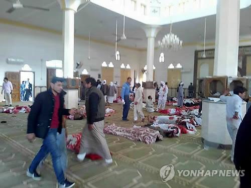 처참한 이집트 이슬람사원 테러 현장 (카이로 EPA=연합뉴스) 24일(현지시간) 테러가 발생한 이집트 시나이반도 북부 비르 알아베드 지역의 알라우다 이슬람사원 바닥에 희생자들의 시신이 놓여 있고 생존자와 응급요원들이 수습을 위해 분주히 움직이고 있다.     ymarshal@yna.co.kr