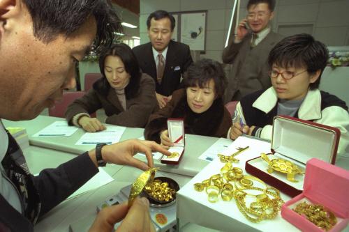 '금모으기 운동' 시행 첫날인 1998년 1월5일 주택은행 지점에서 일반 시민들이 금을 내고 있는 모습. [중앙포토]