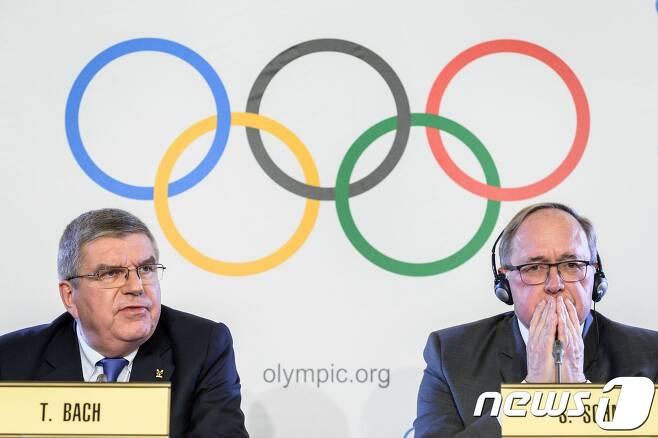 토마스 바흐(왼쪽) IOC 위원장이 사무엘 슈미트 IOC 조사위원장. © AFP=뉴스1