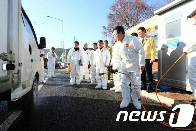 김영록 농식품부 장관이 강원도 평창군 AI 거점소독시설을 점검하고 있다.