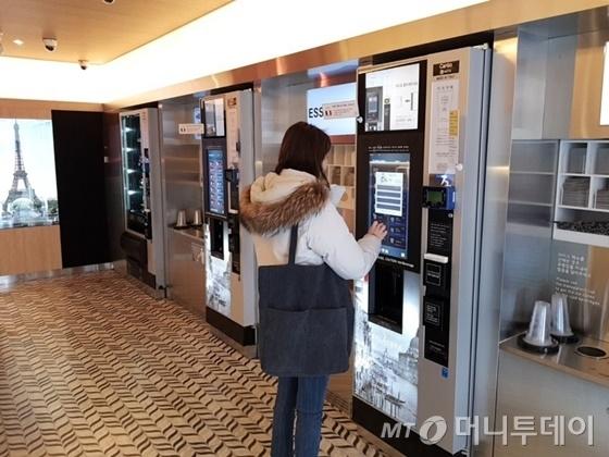 8일 서울 강남역 인근 무인카페에서 소비자가 직접 커피추출기를 조작해 커피를 주문하고 있다. / 사진=박치현 기자