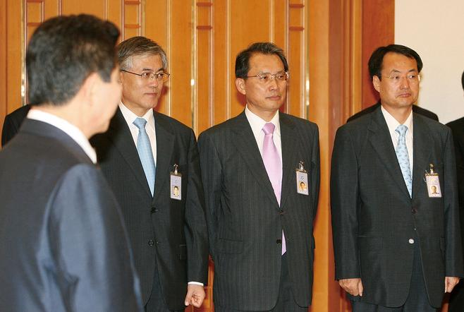 2007년 8월31일 당시 문재인 비서실장과  변양균 정책실장(맨 오른쪽)이 청와대에서 열린 장차관급 임명식에 배석했다. © 사진=연합뉴스