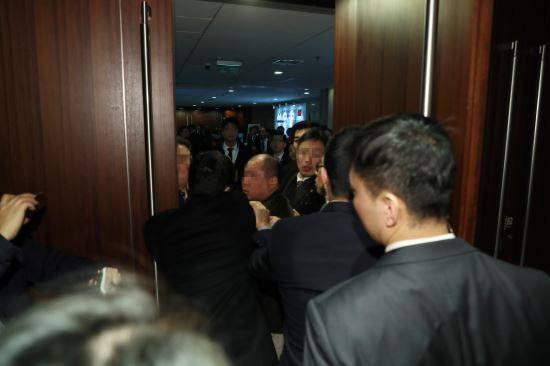14일 오전 베이징 국가회의 중심 B홀에서 열린 문재인 대통령 '한·중 경제·무역 파트너십 개막식'에서 한국의 사진기자가  중국측 경호원에게 일방적으로 폭행 당하고 있다. 베이징=청와대사진기자단