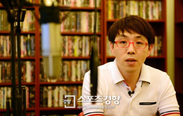 MBC 라디오 FM4U '푸른 밤 이동진입니다'의 진행자 영화평론가 이동진. 사진 경향DB