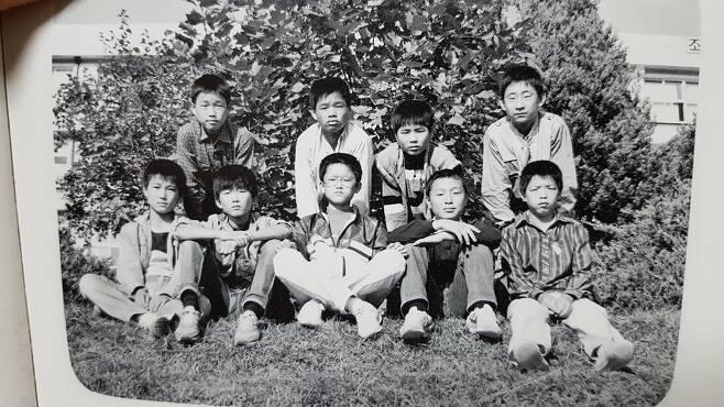 1987년 중학교 졸업 사진. 앞줄 맨 가운데 소년이 나다.