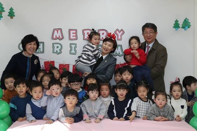 김현미 국토교통부 장관(가운데)과 박상우 한국토지주택공사 사장(맨 오른쪽)이 지난달 21일 성남 여수지구 임대주택단지 내 공동육아나눔터에서 아이들과 기념 사진을 찍고 있다. LH 제공