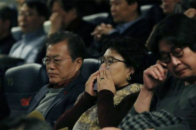 영화 1987 관람하는 문재인 대통령 (사진=청와대 제공)