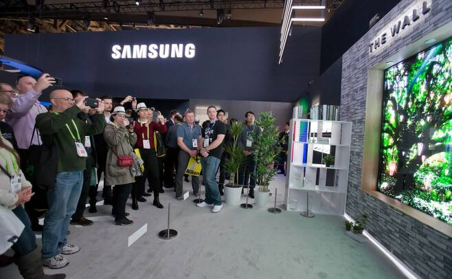 'CES 2018' 기간 미국 라스베이거스 컨벤션센터의 삼성전자 전시관에 공개된 세계 최초 모듈러 TV '더 월'. /사진=삼성전자