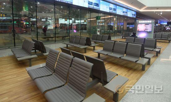 교통센터 내부에 설치된 대합실. 의자와 대형 티비를 설치해 터미널의 구색을 갖췄다.