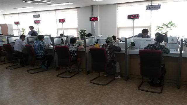 그림 2울산 조선업희망센터에서 구직희망자들이 취업상담을 하고 있다. 센터 측은 올해 매달 300~400명의 취업을 알선할 것으로 예상하고 있다. 울산시 제공