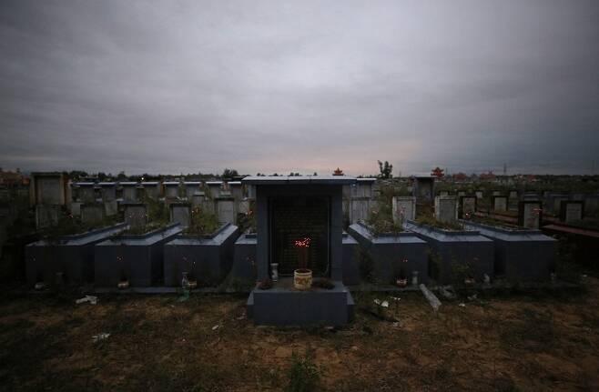 지난해 12월28일 베트남 호이안시 공동묘지 안 '껌안 학살' 희생자 집단묘지. 한국군은 1968년 1월30일 호이안시 껌안구 안떤동 모래언덕에 마을 주민 11명을 세워놓고 총을 난사해 학살했다.