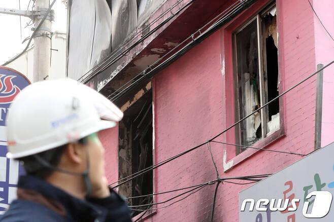 20일 오전 서울 종로5가 여관 화재현장을 경찰이 통제하고 있다. 2018.1.20/뉴스1 © News1 민경석 기자