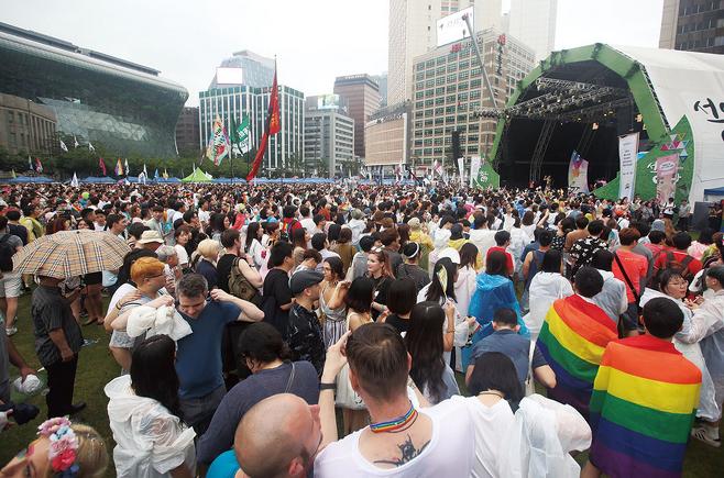 2017년 7월15일 서울광장에서 열린 퀴어문화축제에서 드랙퀸 '쿠시아 디아멍'이 무대에서 열창하고 있다. © 사진=연합뉴스