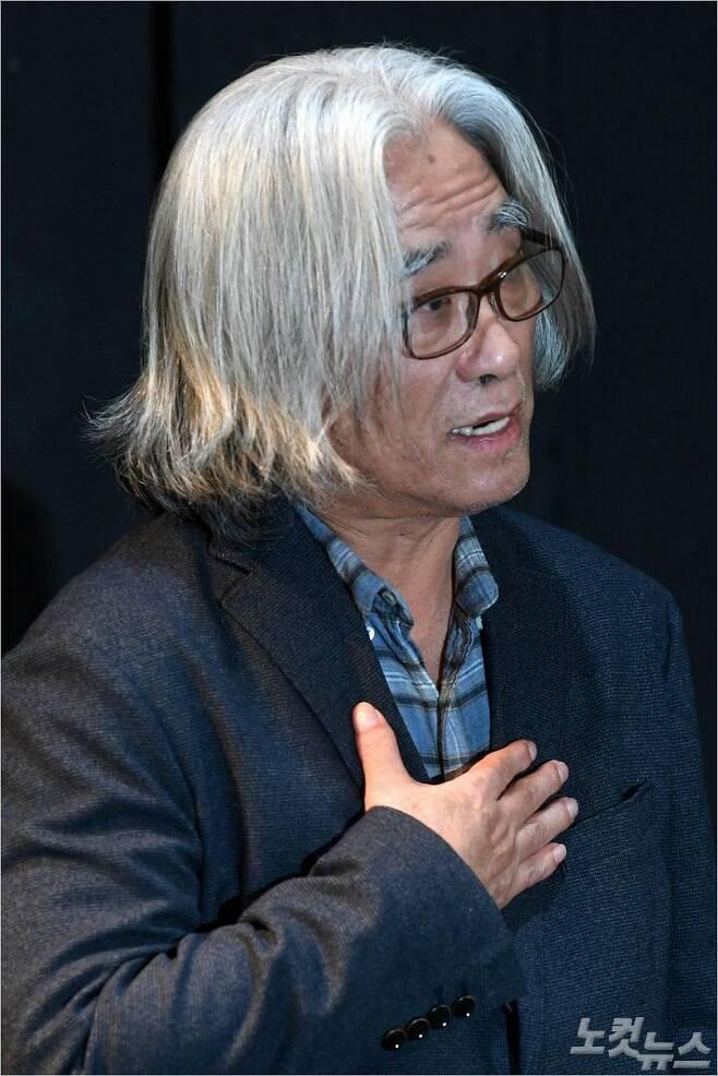 연극연출가 이윤택이 19일 오전 서울 종로구 30스튜디오에서 성추문 논란에 대한 사과 기자회견을 하고 있다. (사진=박종민 기자/노컷뉴스)