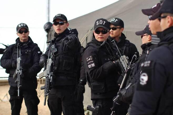 외곽 경계임무를 맡은 공군 헌병 특수임무반의 모습. 대한민국 공군 페이스북.