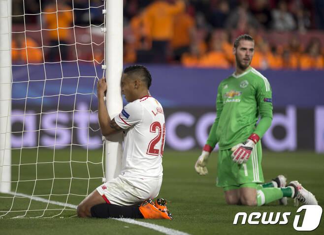 22일(한국시간) 열린 맨유와 세비야의 UCL 16강 1차전에서 데헤아가 무리엘의 결정적인 슈팅을 선방한 뒤 무리엘이 아쉬워하고 있다. © AFP=News1