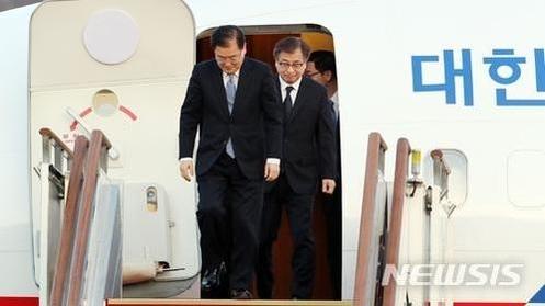 대통령 특사로 북한을 방문한 정의용 국가안보실장과 서훈 국정원장이 6일 오후 서울공항을 통해 입국하고 있다. / 사진공동취재단=뉴시스