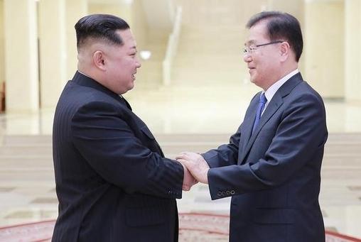 김정은 북한 노동당 위원장이 지난 5일 북한을 방문한 정의용 수석대북특사와 악수하고 있다. /청와대