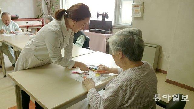 한 치매 노인이 전문기관에서 놀이치료를 받고 있다. 노인의 운동신경에 이상이 감지됐다면 병원이나 보건소에 모시고 가 치매 전문검사를 받아보는 게 좋다. 동아일보DB