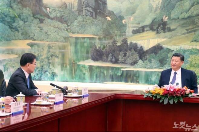 정의용 청와대 국가안보실장이 12일 베이징의 인민대회당에서 시진핑 중국 국가주석을 만나 방북, 방미 결과를 설명하고 있다. (사진=베이징 공동취재단)