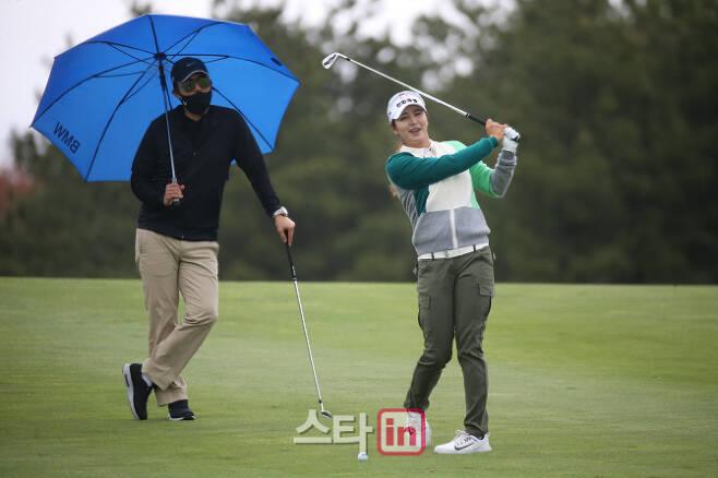 김지현(오른쪽)이 5일 제주 롯데스카이힐 골프장에서 막을 올린 KLPGA 투어 롯데렌터카 여자오픈 연습라운드 중 안성현 코치가 보는 앞에서 스윙을 하고 있다. (사진=이데일리 골프in 박태성 기자)