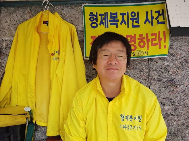 서울 영등포구 국회의사당역 6번출구 앞에서 160여일째 노숙농성을 벌이고 있는 형제복지원 피해생존자 모임 활동가 최승우(49)씨.