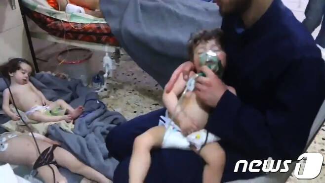 화학무기 공격으로 치료를 받고 있는 시리아 아이들. © AFP=뉴스1