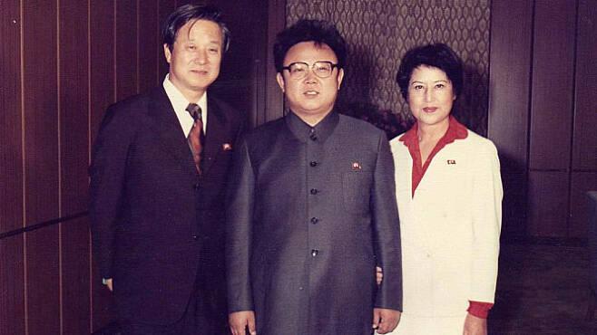 김정일 국방위원장(가운데)과 만난 최은희(오른쪽)와 신상옥.  엣나인필름 제공