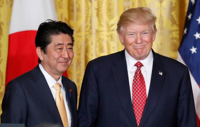 도널드 트럼프 미국 대통령과 아베 신조 일본 총리가 지난해 2월 10일 미국 워싱턴 백악관에서 공동기자회견을 하고 있다. 워싱턴|AP연합뉴스