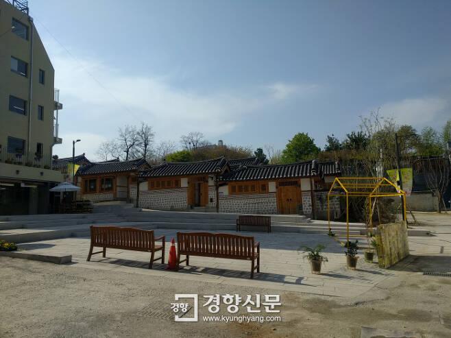 돈의문박물관마을의 중앙 광장 모습. 오가는 사람 없이 텅 비어있다.