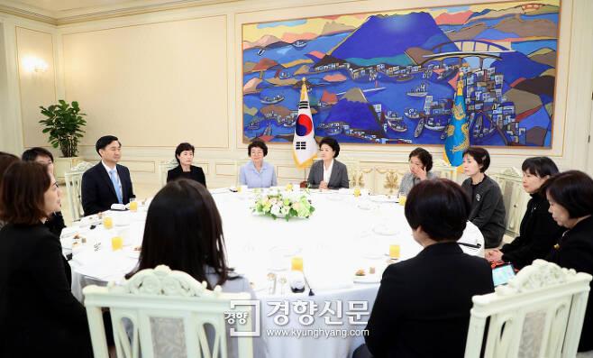 김정숙 여사가 23일 청와대 본관 인왕실에서 임무 수행 중 순직한 공군 조종사 유가족을 초청해 오찬을 함께 하고 있다. 청와대 제공