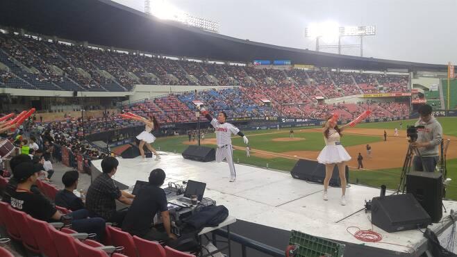 서울 잠실야구장에서 응원하는 관중석 전경. ⓒ김용국