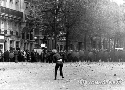 1968년 5월 프랑스 파리의 학생시위 [AP=연합뉴스 자료사진]