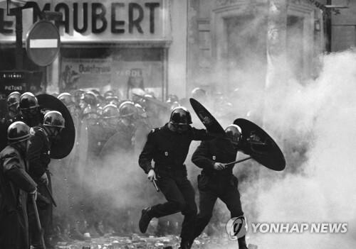 1968년 5월 프랑스 파리의 대규모 학생시위 [AP=연합뉴스 자료사진]