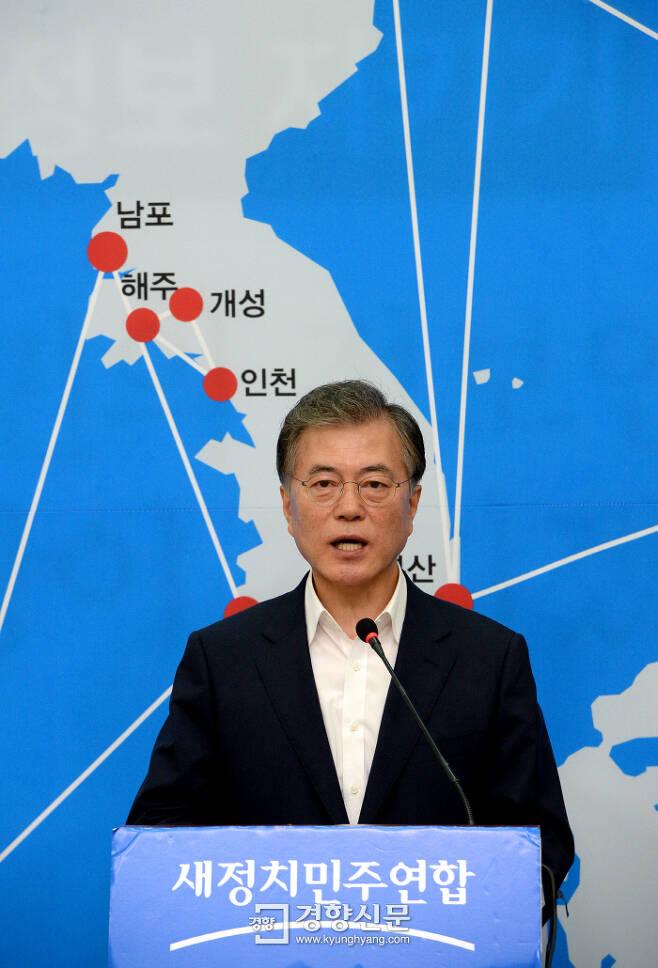 2015년 8월 16일 당시 문재인 새정치민주연합 대표가 광복 70주년 기자회견에서 '한반도 신경제지도 구상'을 발표하고 있다. 권호욱 선임기자