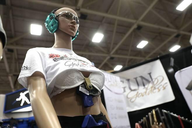 미국총기협회(NRA) 주최로 총기전시회가 텍사스주 댈러스 카이 베일리 허치슨 컨벤션센터에서 6일까지 열리고 있다. 속옷에 착용하는 여성 호신용 총기 액세서리가 전시되어 있다. [AFP=연합뉴스]