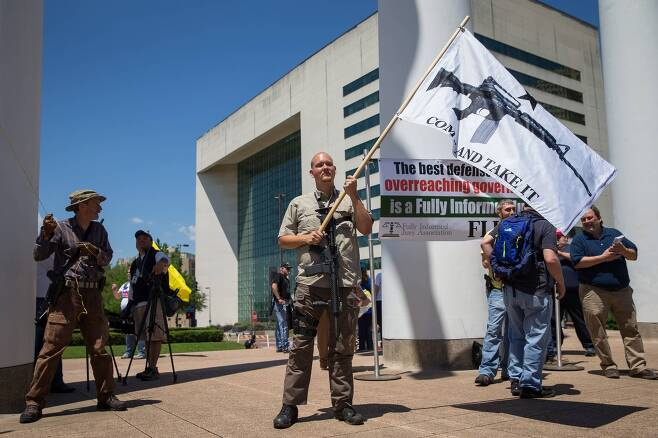총기 옹호론자들이깃발을 흔들며 행사장 밖에서 시위를 벌이고 있다. [AFP=연합뉴스]