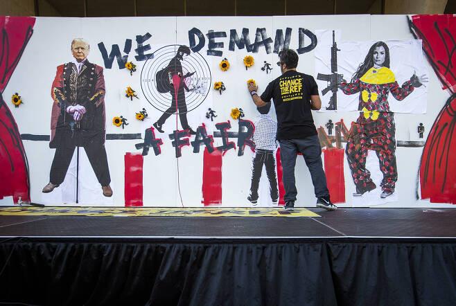 행사장 밖에 플로리다 총기 사망자를 추모하는 벽이 설치되어 있다. [AP=연합뉴스]