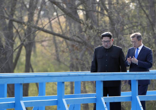 문재인 대통령과 김정은 북한 국무위원장이 4월 27일 남북정상회담 일정 중 수행원 없이 판문점 도보다리를 산책하며 대화하고 있다. 판문점 | 한국공동사진기자단