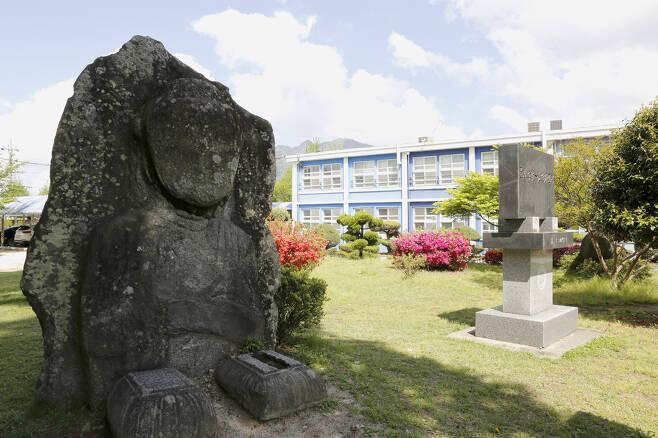느티나무 아래에 서 있는 돌부처상. 조각 솜씨는 섬세하지 않지만, 오랜 기간 불공을 받아온 옛사람들의 민간 신앙이었다. ⓒ이돈삼