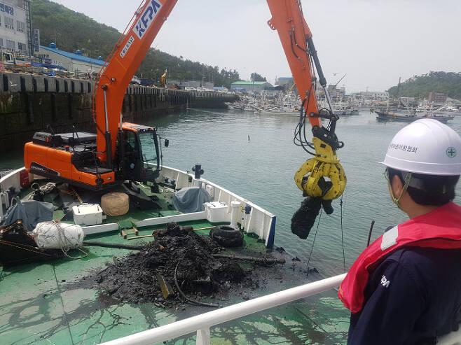 15일 오전 충남 태안군 근흥면 신진도리 안흥외항에서 어항관리선 '어항서해2호'가 바다에 가라앉은 해양쓰레기를 건져올리고 있다.