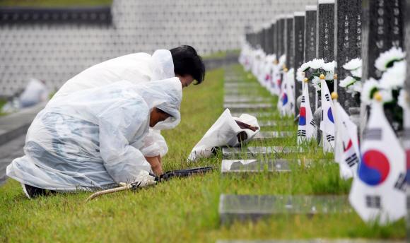 - 18일 광주 국립 5.18민주묘지에서 열린 '제38주년 5.18 민주화 운동 기념식'을 마친 뒤 유가족들이 고인의 묘 앞에서 절하고있다.. 2018. 05. 18 박윤슬 기자 seul@seoul.co.kr