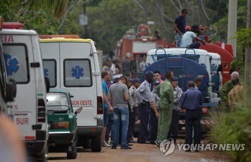 쿠바 항공기 추락사고 현장으로 출동한 소방차와 구급차 [AFP=연합뉴스]